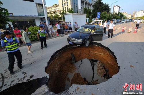 南宁路面坍塌现深坑