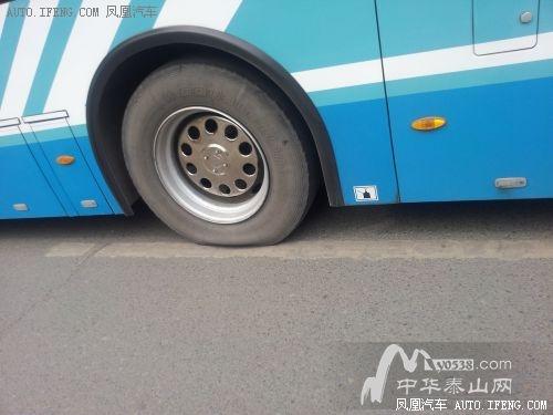 公交车意外爆胎