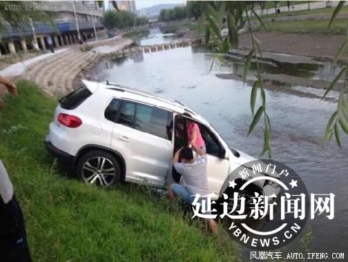 越野车 失控 冲下河坝