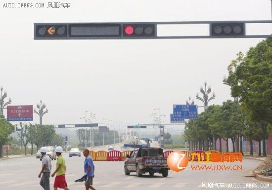 人行道绿灯时间短,多处左转车道绿灯仅3秒就变红。