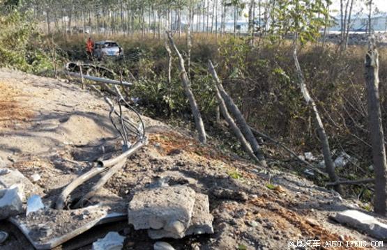 轿车撞19棵树进水沟