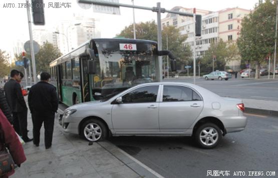 私家车被公交车推出