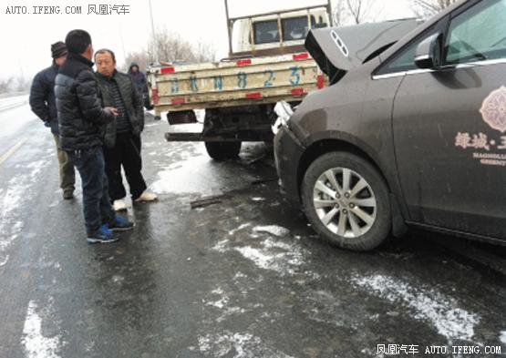 肇事车被撞碎