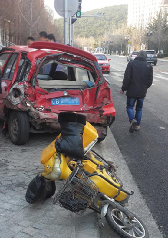 红色轿车被公交撞飞