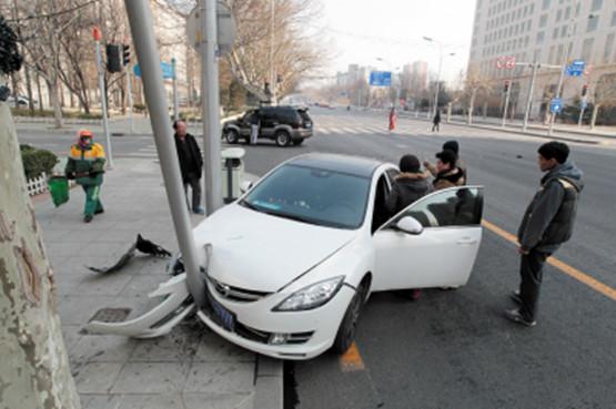 男子开车溜号撞轿车