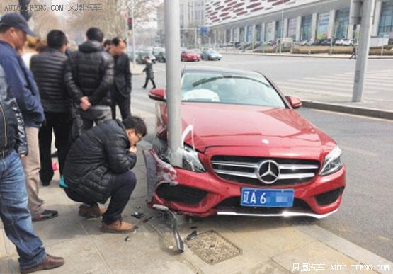 女司机错踩油撞路灯