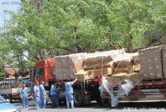 大挂车被卡货车叉车