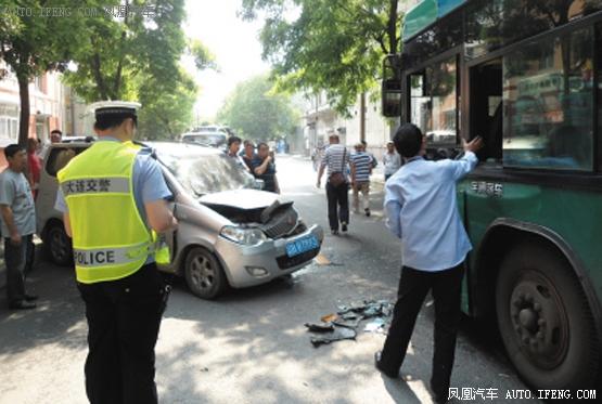 面包撞上公交5人轻伤