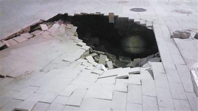 爱琴海附近路面塌陷