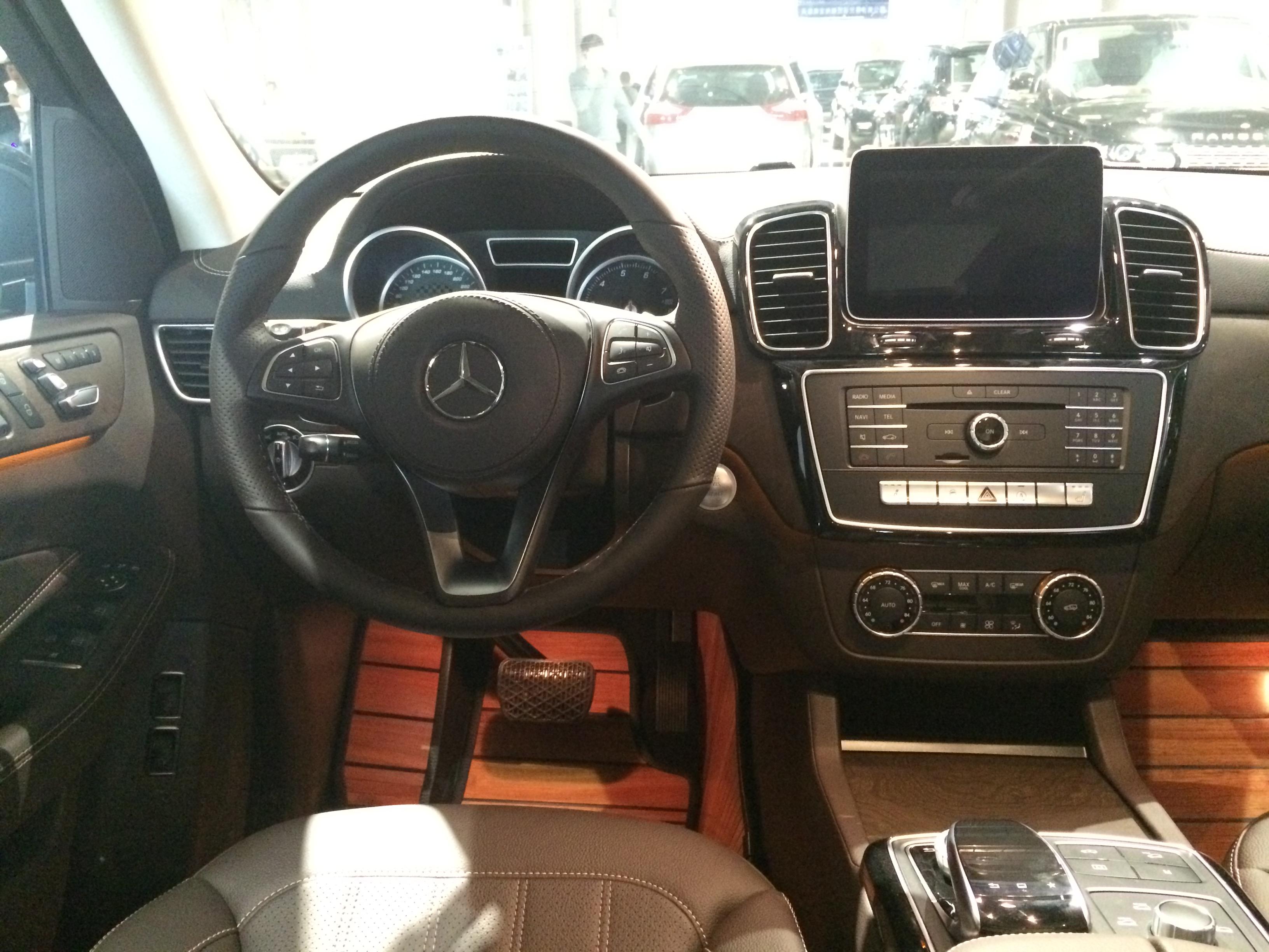 奔驰GLS450多少钱 尊贵大气吸引众多车迷艳慕的目光