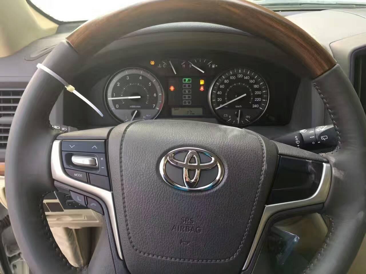 内饰方面:17款丰田酷路泽4000采用了全时四轮驱动,每个轮子上配有电子辅助制动,配合电子中央差速锁止按钮,几乎没有路面可以难倒它。 此外,还升级了Crawl低速巡航驾驶辅助系统,将速度调节功能从原来的3挡升级成了5挡,从而进一步细化驾驶者对车辆的控制。