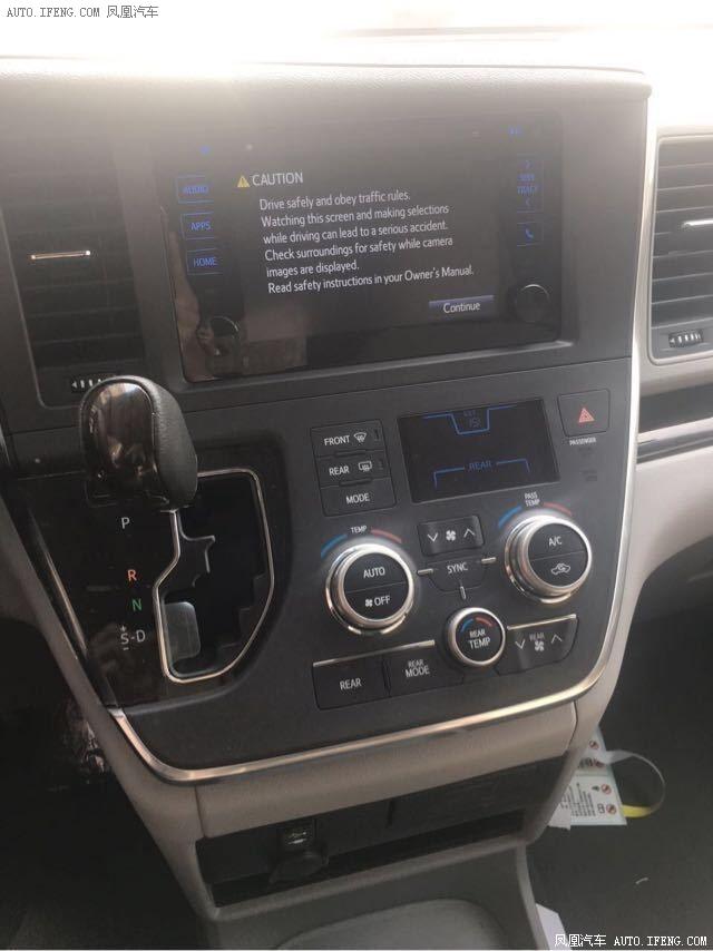 细节方面:2017款丰田塞纳7座车内空间之大储物之方便,而且每个座椅都能够保证到乘客的舒适感,此款车型在这一点上设计的非常符合人性化,无论是商务接待还是居家旅游绝对是一个非常不错的选择。2017款进口丰田塞纳在配置上增加了DVD、倒车影像、导航、氙气大灯和不锈钢镀铬装饰。2017款进口丰田塞纳 动感设计时尚前卫。