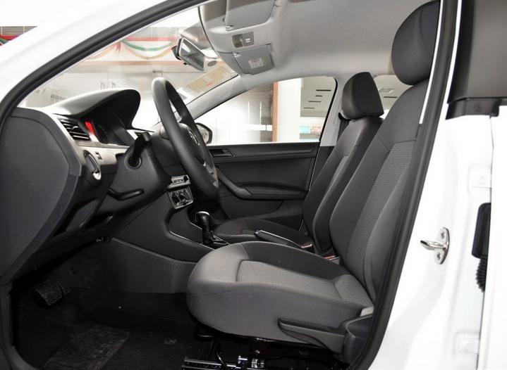 大众桑塔纳最新报价新桑塔纳三厢现车优惠促销2016款桑塔纳外观发面:全新大众桑塔纳整体风格更硬朗新款桑塔纳采用和其他大众系相同的设计理念,尤其前脸的部分基本上和其他车型保持一致。新车保险杠改为一体贯穿式,可以拉宽车头的视觉效果。高配车型配有方形雾灯。新车尾灯进行调整,采用更加复杂的多边形设计,相比老款更具活力。侧面造型也与整体风格融入的非常协调,一条清晰的腰线贯穿头尾,为车身侧面的视觉感受增加了一定的冲击力。