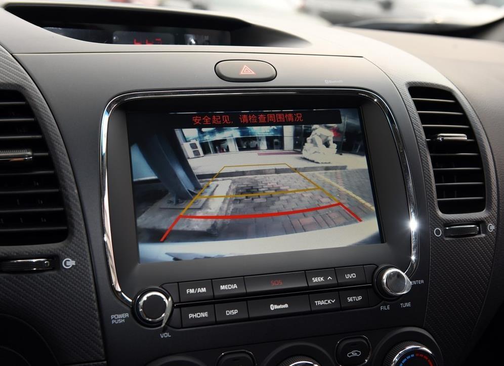 除此之外,新车中控以及多功能方向盘 按键均采用红色背景光源衬托
