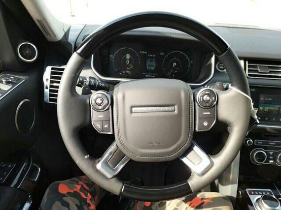 路虎揽胜行政版的座椅比同级别车型高出90mm,前方路况一览无遗,座椅也可以调整角度。皮质面料与包边打造出极其典雅、精致的内饰细节看起来明显更为豪华,原有的中控台只保留了少数几个按钮及操作旋钮。揽胜经过重新设计的尾灯加入了LED灯组和采用透明灯罩,发光效果更佳,看起来也更具时代感。路虎揽胜行政版格栅采用镂空式设计,比原来粗壮的横条式更显豪华,侧面线条硬朗有力,没有任何的弯曲和过渡,不过就整体而言没有生硬感。