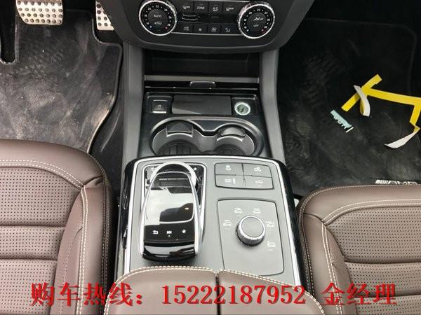 细节方面:奔驰GLS63炮筒式仪表盘虽无太多的新意,但320公里/小时的表底极速足以激发你的肾上腺素,全车14个Harman Kardon扬声器组成的7声道环绕立体声音响系统可以带来身临其境的听觉享受。座椅方面,AMG真皮运动座椅搭配上电控调节的座椅包裹收紧功能,保证了在激烈驾驶过程中的舒适性与安全性,座椅通风、座椅加热等功能也是一应俱全。