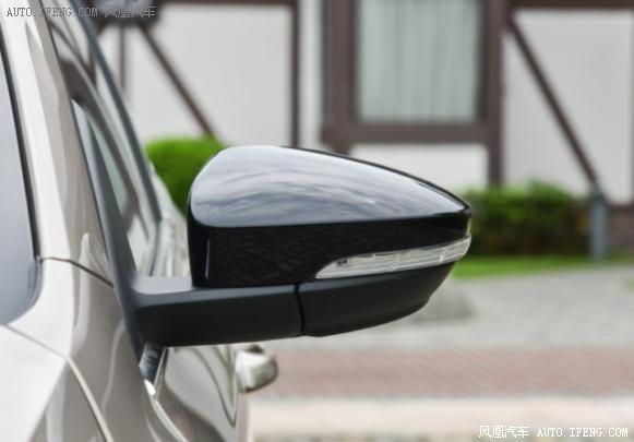 斯柯达新明锐于8月22日正式上市,新车搭载了3种不同的动力组合,共计7款车型,售价区间为11.99-16.99万元。作为一款高品质家用轿车,外观、内饰配置和动力都有所升级,全景天窗、定速巡航、倒车后视影像系统是新明锐TSI230自动豪华版的亮点配置,下面我们一起来看看这款值得选购的高性价比新明锐。  新款明锐车型简介   新款明锐运用了斯柯达最新的家族式设计,前进气格栅面积增大并加入镀铬装饰,前大灯采用分离式设计,精致感十足,彰显年轻化。引擎盖线条丰富,前脸造型刚劲有力。上扬的腰线带着浓浓的德系味道,营造