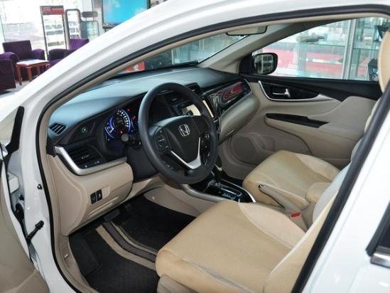 新车仪表盘采用蓝色背光设计,使得仪表盘在光线不充足的情况下更加