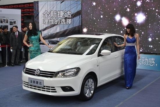 捷达主要的变化在于新车增加了车窗下部的镀铬饰条以及外后视镜转向灯