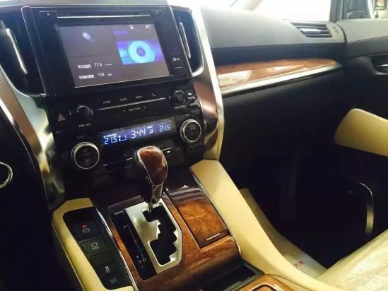 搭载3.5L V6发动机,最大功率202kW,最大扭矩340Nm,并首次使用无刷燃油泵电动机,可降低油耗并提升安全性。传动方面,与发动机匹配的是一台6速手自一体变速箱。全新埃尔法还采用了丰田最新研发的双叉臂后悬挂,配合升级的18寸大轮圈,极大提升了高速巡航的平稳能力,并降低了震动噪音。