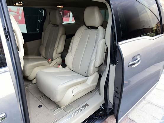 2017款别克GL8新款其他方面:新款别克GL8搭载了3.0升排量V6发动机,并经过了重新调校后表现更加稳定成熟,虽然没有给人更多的新意,但GL8发动机的宁静和平顺是有口皆碑的。作为偏重于商务功能的高端MPV来说,安静的环境还是相当重要的。 经销商名称:北京格瑞巴仕汽车销售有限公司 经销商电话:张经理173-1015-0044 / 王经理15901518678 同微信 免责声明:以上车型价格信息为经销商提供仅供参考;其真实性,准确性及合法性由经销商负责,凤凰汽车不做任何保证,亦不承担任何法律责任,具体成