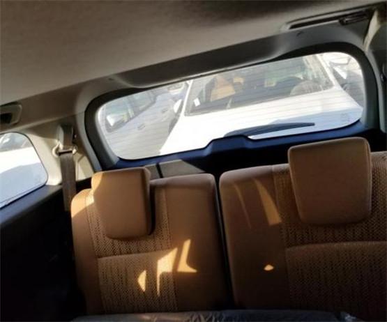 进入车内,2018款丰田穿越者可以看到塑料感稍嫌重了点的中控台,其配色