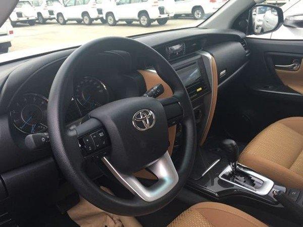 空间方面:18款丰田穿越者2700内饰上可以说是翻天覆地的改变,受惠于整车尺寸的提升,整个车厢内 部的空间也宽敞不少,更合理的车内布局即使满载7人,乘坐空间也能有较好的保证。进入车内,2016款丰田穿越者可以看到塑料感稍嫌重了点的中控台,其配色以深浅两色为主,其余内饰部分皆为浅色,这种颜色就算是车辆使用了好几年之后,也不会显得与新车有明显的落差。伸手触摸,会发现整个中控台都使用了硬质塑料,质感有些廉价。这款SUV的标准后备厢容积为200升,第三排座椅收起之后可以扩展至716升,而当第二排座椅也放倒之后则