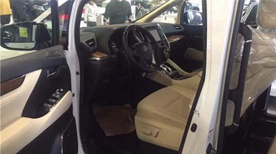 2018款丰田埃尔法保姆商务车凸显出了一种独有的优雅,油门踏板