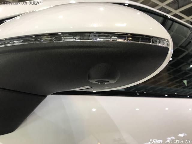 外观方面:18款保时捷卡宴 3.0T SE混合动力的前脸依然沿用了鬼脸设计,但是并不像老款那样咄咄逼人,充满曲线的圆滑线条让这款车看上去充满力量感。离地高为273mm,最大斜度角为32度,减震弹簧的行程很长,提高了越野性能。此外,新车还装配了停车辅助系统(ParkAssist)和动力转向系统。