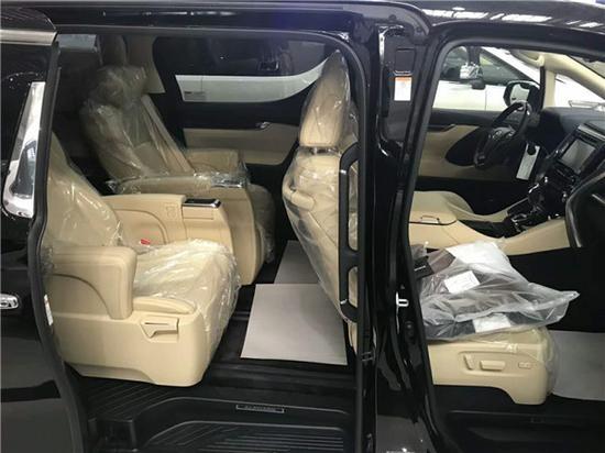 人体工学设计的豪华航空座椅,历经了匠心打磨,期间不断融入高端人群的乘坐舒适性反馈加以细节重铸,舒适度不断升级,更有贴心设计的靠枕带电动升降,完美满足各种身型的乘坐者在车内惬意身姿。2018款丰田埃尔法具有汽车般的舒服度、较大奢华的内部空间,新埃尔法提升了车辆控制的稳定性和驾乘的舒服性。行进过程中动力足够,运转安静,行进起来的安静性是意料之中的。丰田埃尔法是成功人士的标志,也表现了高端大气上档次,低沉奢华有内在的名词名句。丰田埃尔法作为一款丰田品牌高端MPV,最大的亮点在于其奢华的内部装备和空间。