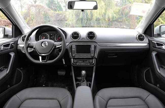 内饰方面,新款捷达沿用了大众最新的内饰设计风格,中控台换装了一块尺寸更大的液晶显示屏,并配备有USB、SD卡以及AUX接口,其上方的空调出风口采用了全新的造型。此外,新车还换装了大众最新的三辐式多功能方向盘,整车质感相比现款车中秋送礼!送型有了一定的提升。