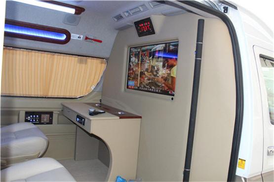 所以丰田海狮改装面包车配备了舒适的座椅和高档的办公桌,办公追哦上