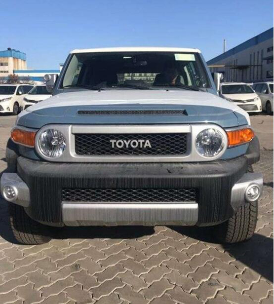 硕大的丰田logo,圆圆的头灯,大面积的前保险杠以及对开式的车门都是fj
